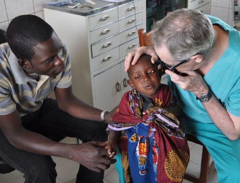 El doctor Laborda  en una de las misiones a Tanzania