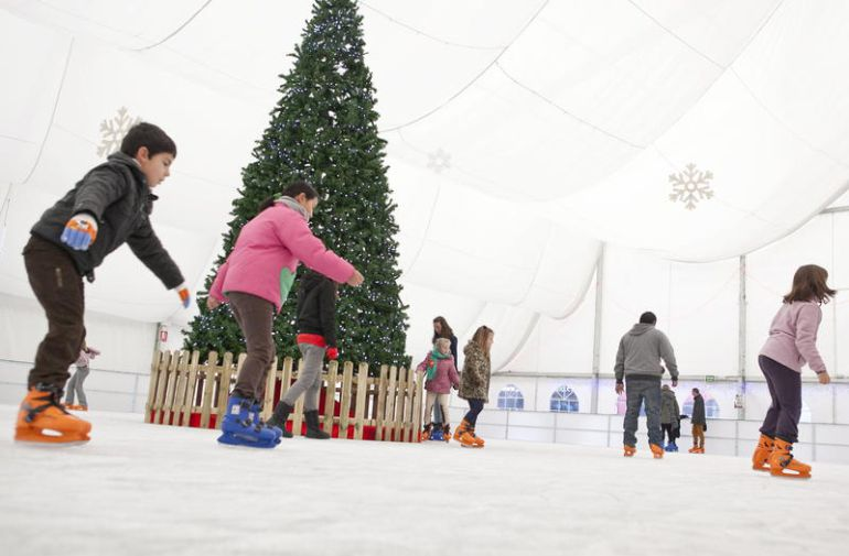 Los toboganes estarán instalados junto a una pista de patinaje de 200 m2