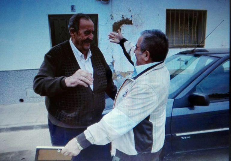 Manuel y Bartolomé se abrazan tras reencontrarse después de 47 años