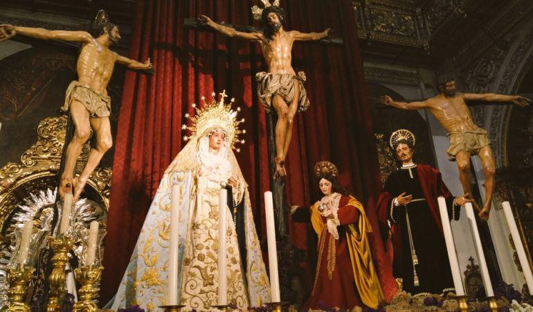 Los titulares de Montserrat en el altar efímero que han ocupado durante su estancia en la Parroquia de La Magdalena