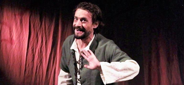 Carlos Alba, sobre el escenario, dando vida al 'Llázaro de Tormes'