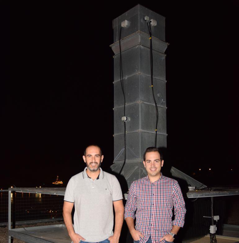 Antonio Consuegra y Antonio Sánchez Kaiser junto a la torre de refrigeración experimental