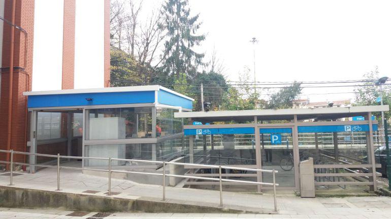 """Rampa de acceso a la estación del """"Topo"""" del Paseo de Colón por la calle Cipriano Larrañaga."""