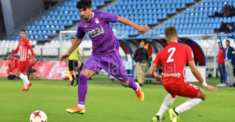 Víctor Armero trata conduce el balón frente a un defensor del Almería B en el pasado partido de Liga.