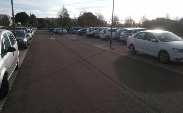 Sube la tensión entre los vecinos. La falta de espacios para aparcar crispa a los conductores a la espera que acaben las obras de asfaltado de las calles adyacentes.
