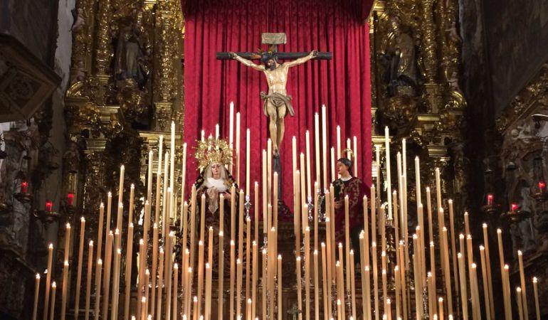 Los titulares del Calvario en el altar mayor de La Magdalena