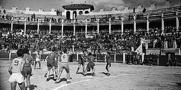 Partido de balonmano masculino, con siete jugadores, disputado en la plaza de Toros de Cuenca.