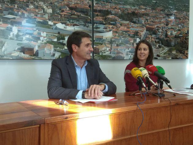 Pedro Fernández y Gemma Pérez en la sala de juntas del Ayuntamiento de Baza