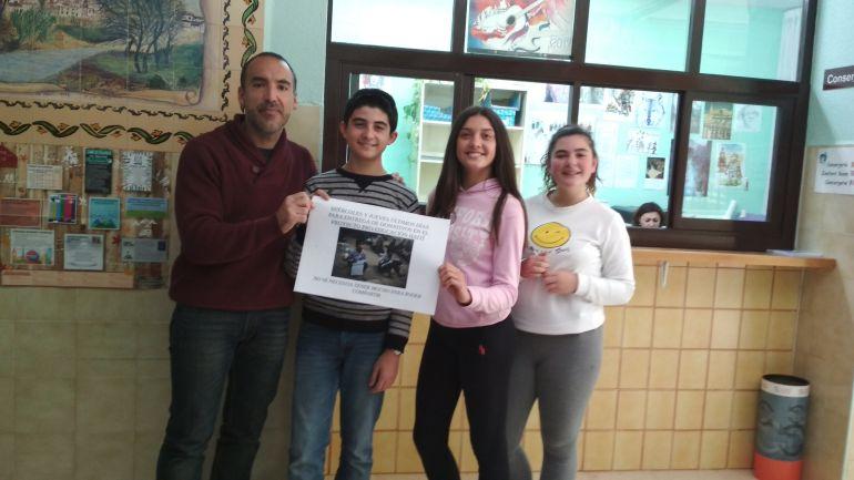Javier con algunos de los alumnos del IES Ategua que participan en este proyecto