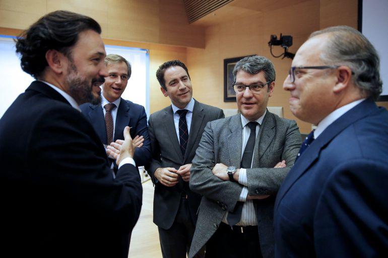 El ministro de Energía, Álvaro Nadal, conversa con otros diputados a su llegada para comparecer ante la comisión correspondiente del Congreso.