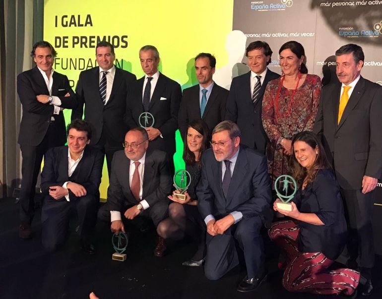 Imagen de familia de los galardonados con los premios Fundación España Activa