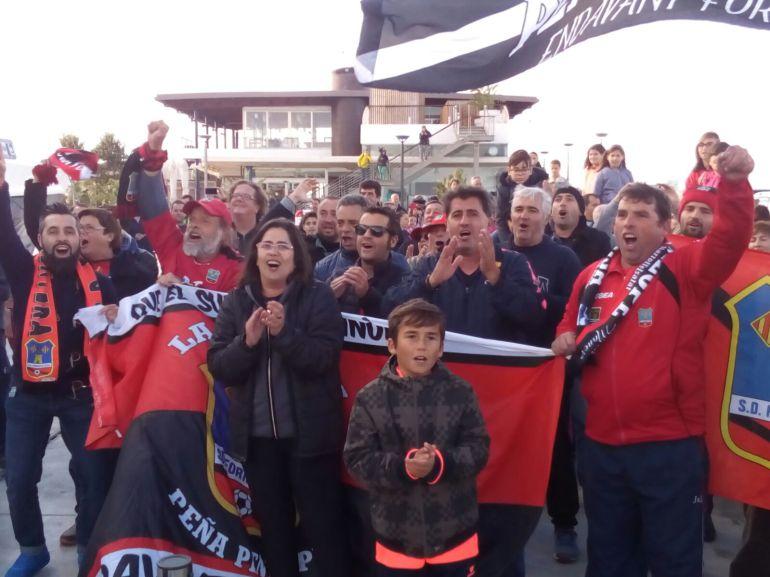 La afición esperando a los jugadores de la SD Formentera a su llegada al Puerto de La Savina