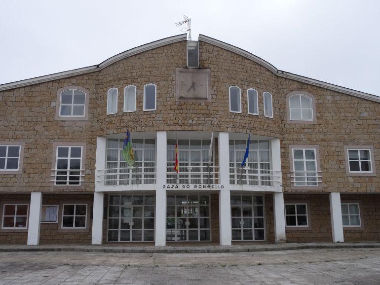 En la imagen la casa consistorial de Cervo que busca a los propietarios de fincas para actualizar el catastro municipal.