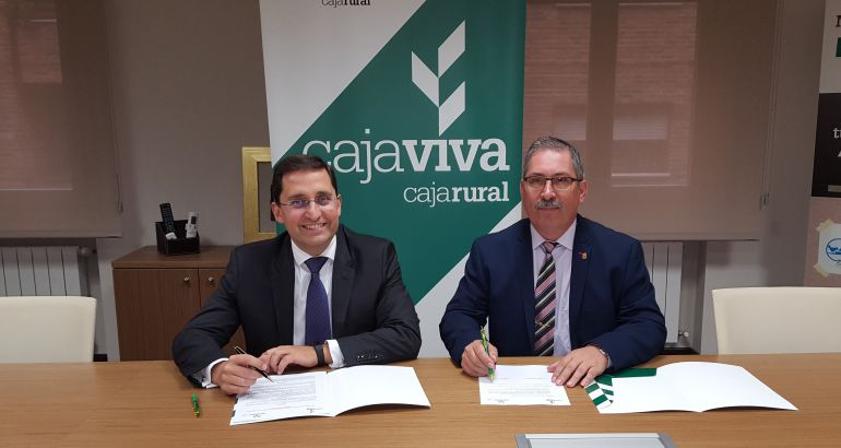 El director general adjunto de Caja Rural y el presidente de APADEFIM durante la firma del convenio