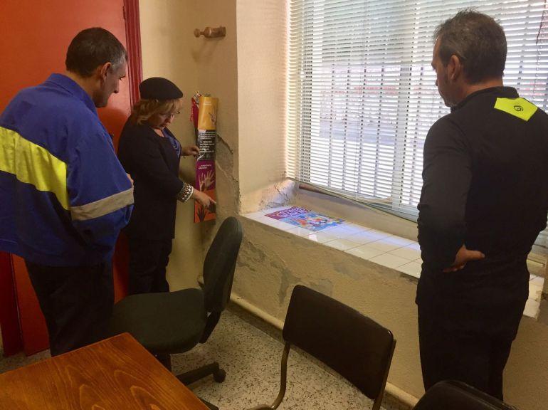 La concejal de Educación, Sonia Martín, comprueba las humedades en una de las aulas del CEIP La Villa en una visita realizada al inicio del curso escolar.