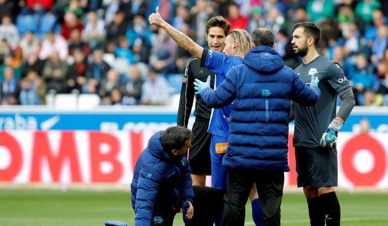 El jugador del Deportivo Alavés, Alexis Ruano. levanta el dedo momentos antes de ser trasladado al hospital durante el partido ante el Eibar
