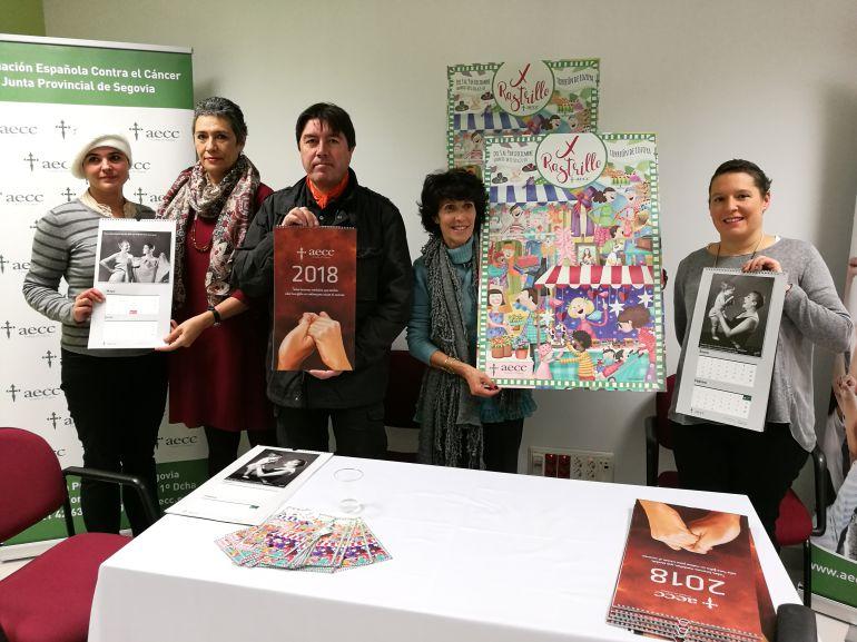 Responsables de la Asociación contra el Cáncer durante la presentación del X Rastrillo y el nuevo calendario solidario