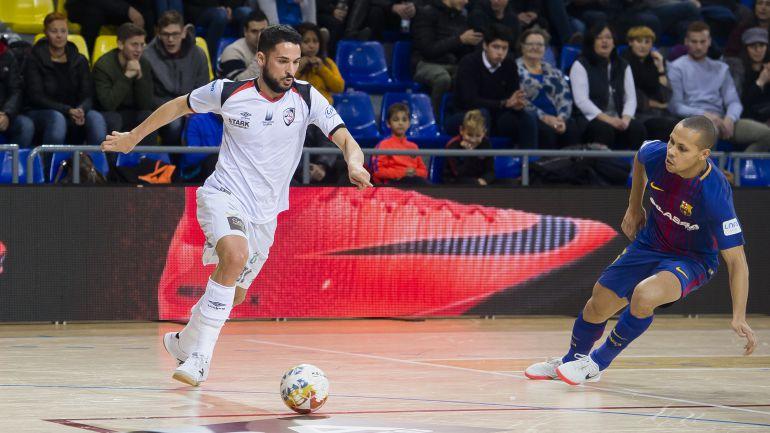 Verdejo trata de sacar el balón ante Ferrao, autor de dos de los tres goles del Barcelona Lassa