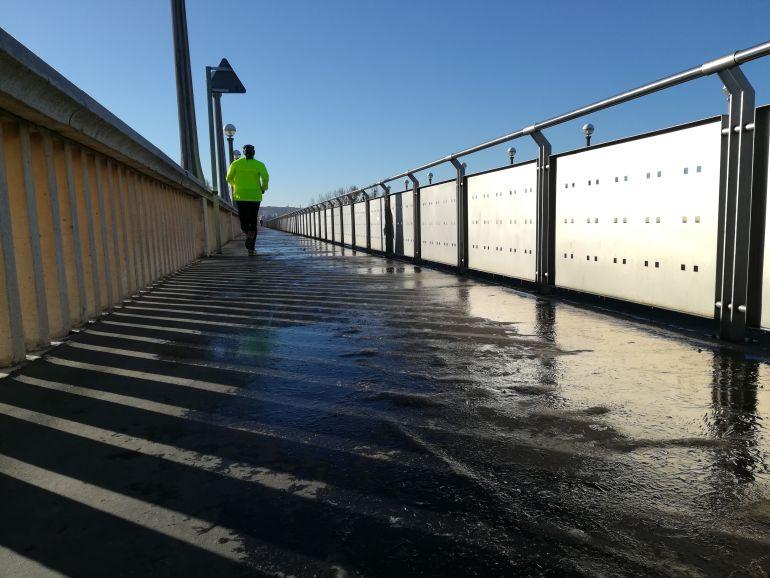 Imagen de la acera del puente de la Universidad, congelada este sábado.