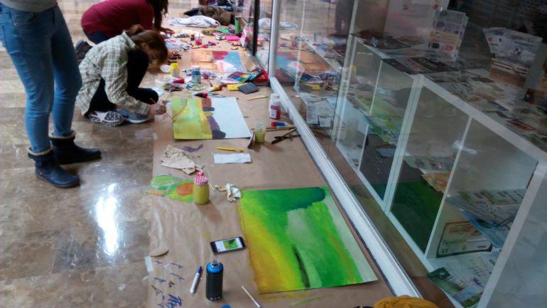 Jóvenes participantes del II Concurso Joven de Pintura Rápida del Centro Comercial Isilla