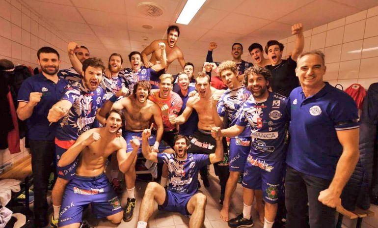 El equipo leonés celebra su pase de ronda en los vestuarios