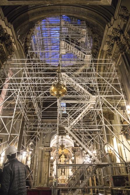 Pese a la dimensión del andamiaje en la iglesia de San José se sigue dando misa