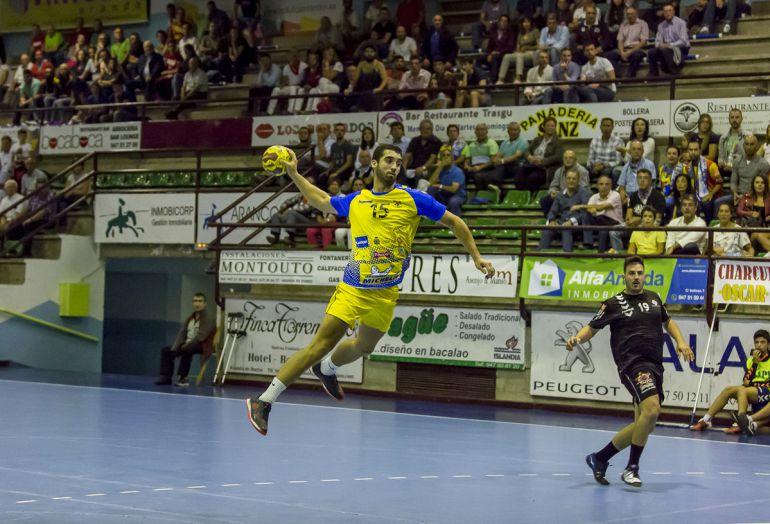 El extremo gallego intenta un lanzamiento en el último encuentro de Liga en el Príncipe de Asturias.