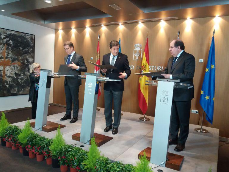 De izquierda a derecha, los presidentes de Galicia, Alberto Núñez Feijoo, de Asturias, Javier Fernández y de Castilla y León , Juan Vicente Herrera firman en Oviedo los acuerdos de cooperación entre las tres comunidades