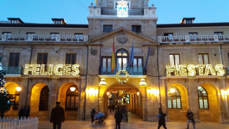 El Ayuntamiento de Oviedo luce alumbrado navideño.