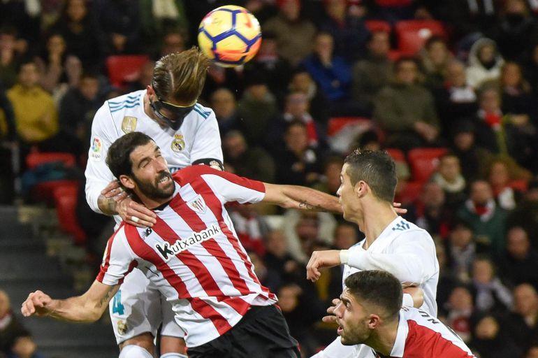 El defensa del Real Madrid Sergio Ramos (i) y el centrocampista del Athletic Raúl García durante el partido de la decimocuarta jornada de Liga que se disputa hoy en el estadio de San Mamés, en Bilbao.