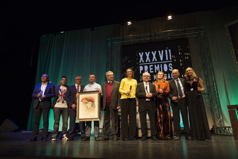 Fotografía de familia de los ocho premios José Marsal Caballero 2017.