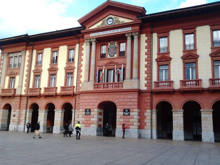 Fachada del Ayuntamiento de Eibar, en cuyos bajos se ubican las dependencias de la Policía Municipal