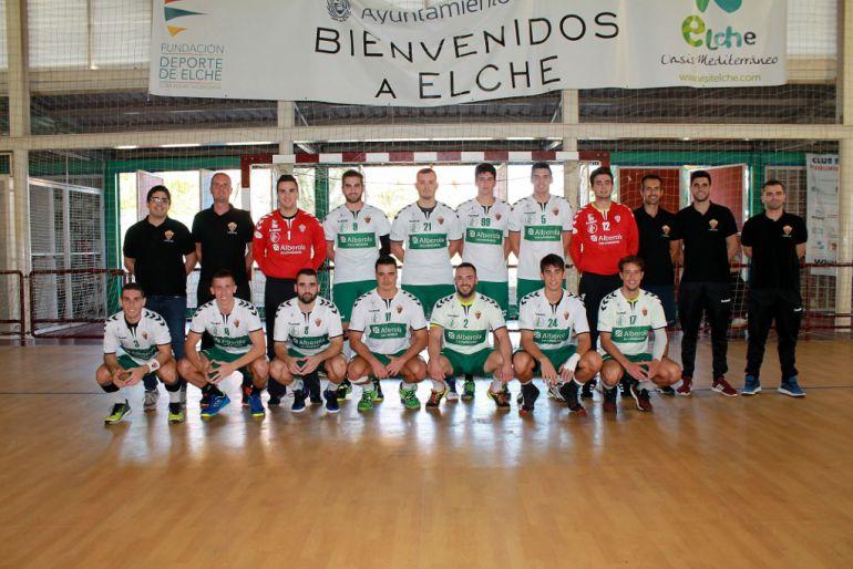 Jugadores y cuerpo técnico del Club Balonmano Elche V. Alberola