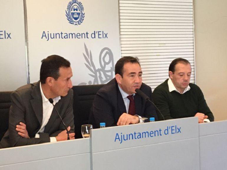 Manuel Illueca, entre el alcalde de Elche, Carlos González, y el edil de Deportes, Jesús Pareja