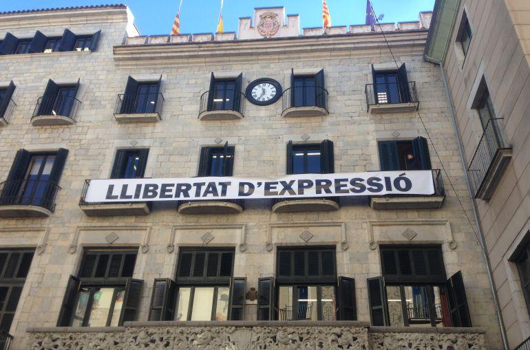 """La nova pancarta que ha col·locat l'ajuntament després de retirar la de """"llibertat presos polítics"""""""