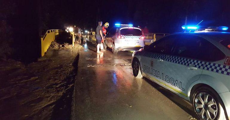 Varios coches de la Policía Local de Jaén acuden a Los Puentes después de una inundación en el verano de 2016.
