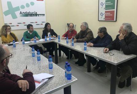 Los concejales socialistas, Matilde Cruz, Julio Millán y África Colomo, escuchan a los vecinos de Los Puentes.
