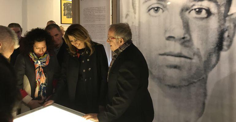 De izquierda a derecha, Lucía Izquierdo, la nuera de Miguel Hernández; Susana Díaz, la presidenta de la Junta de Andalucía y el comisario de la muestra, Juan José Téllez.