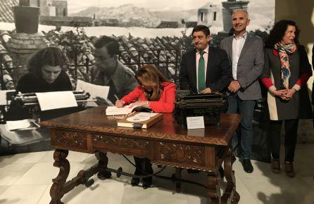 La presidenta de la Junta, Susana Díaz, firma en el libro de honor en 'El Rincón de Miguel Hernández'.