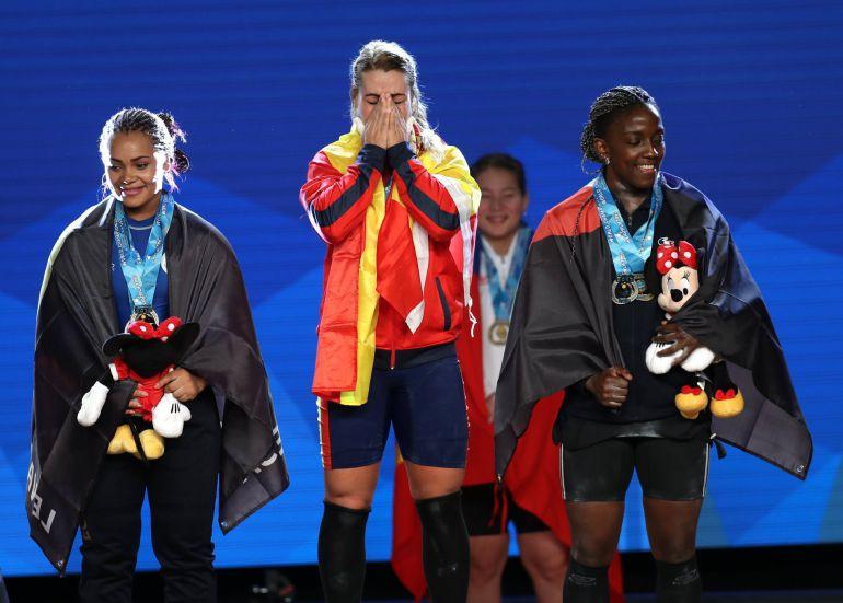 Lidia Valentin llora en el podium del Mundial californiano junto a la medallista de plata, Naisi Patricia Dajomes, de Ecuador, y la de bronce, Gaelle Verlaine Nayo, de Francia