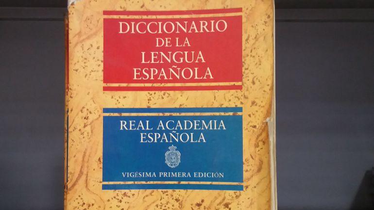 Portada de una edición en papel del diccionario de la RAE, ahora casi en desuso por el auge de las consultas en internet.