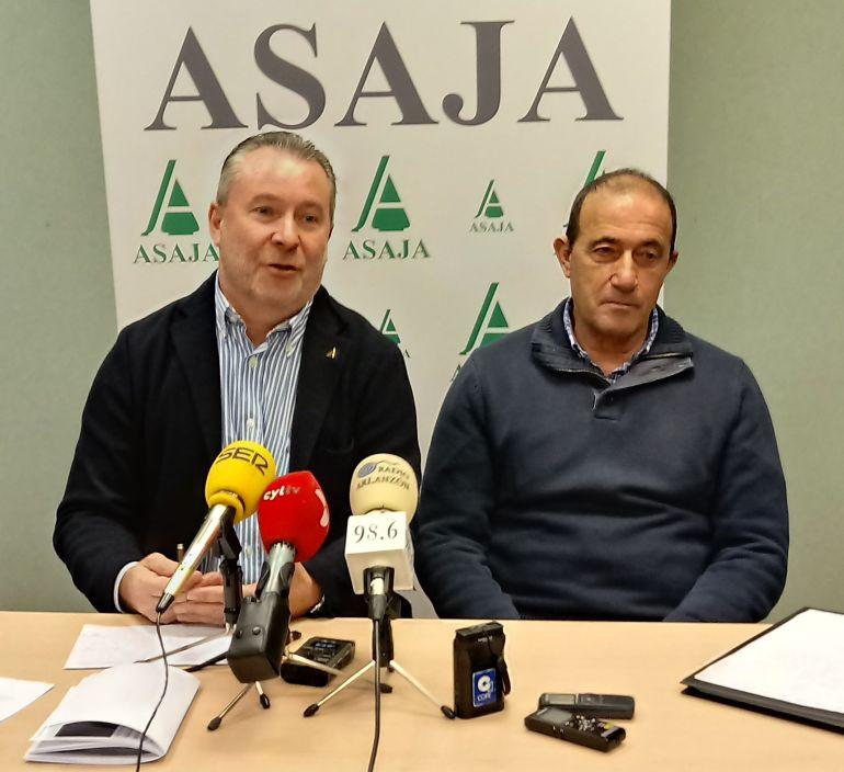 El presidente regional de ASAJA, Donaciano Dujo (izda) y Santiago Carretón, de ASAJA Burgos