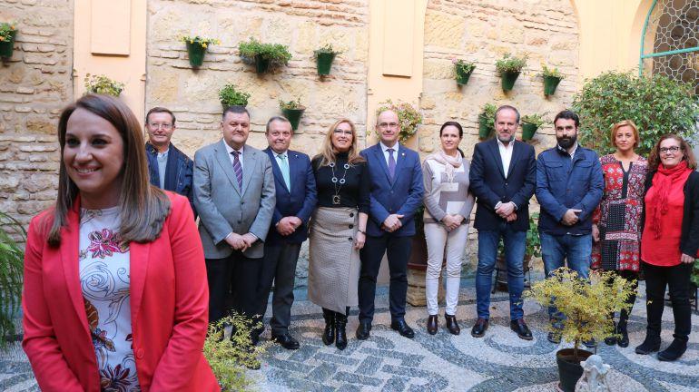 Esther Ruiz acompañada por el resto de los delegados de la Junta de Andalucía en Córdoba y los coordinadores del IAJ y el IAM.