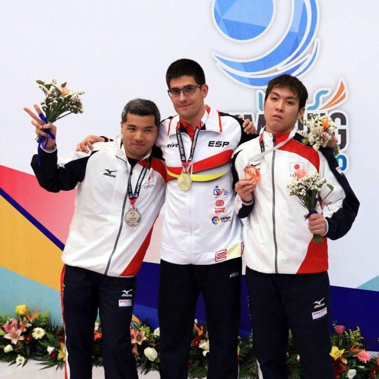 Luis Paredes, en el centro, con su medalla de oro