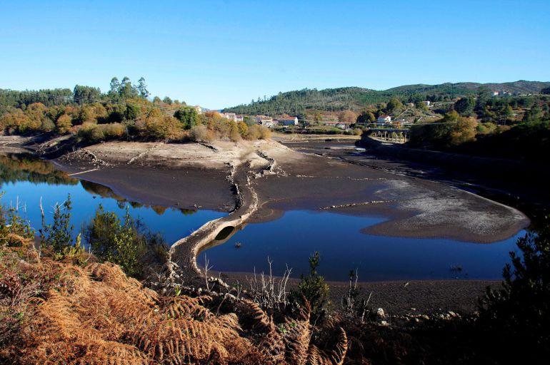 Estado en el que se encuentra el embalse de Eiras, que abastece a Vigo y a  su área metropolitana, como consecuencia de la sequía que se registra en la comunidad.