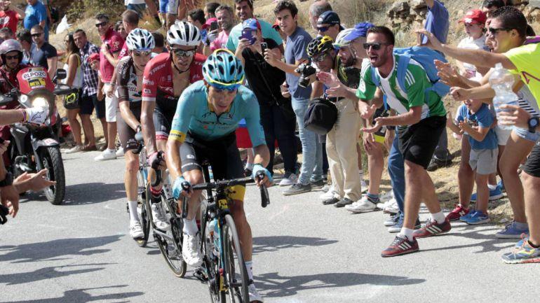 Miguel Ánguel López, ganador en Sierra Nevada (2017), a su paso por El Purche (Monachil) en compañía de Alberto Contador