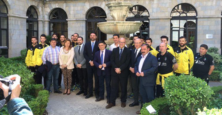 Representantes institucionales y deportistas del Jaén Paraíso Interior el día que se firmó el convenio entre la Junta de Andalucía y la Diputación Provincial de Jaén para llevar a cabo el Olivo Arena.