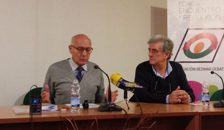Momento de la conferencia de Juan Manuel de Faramiñan (izquda), acompañado de Fernando Viedma