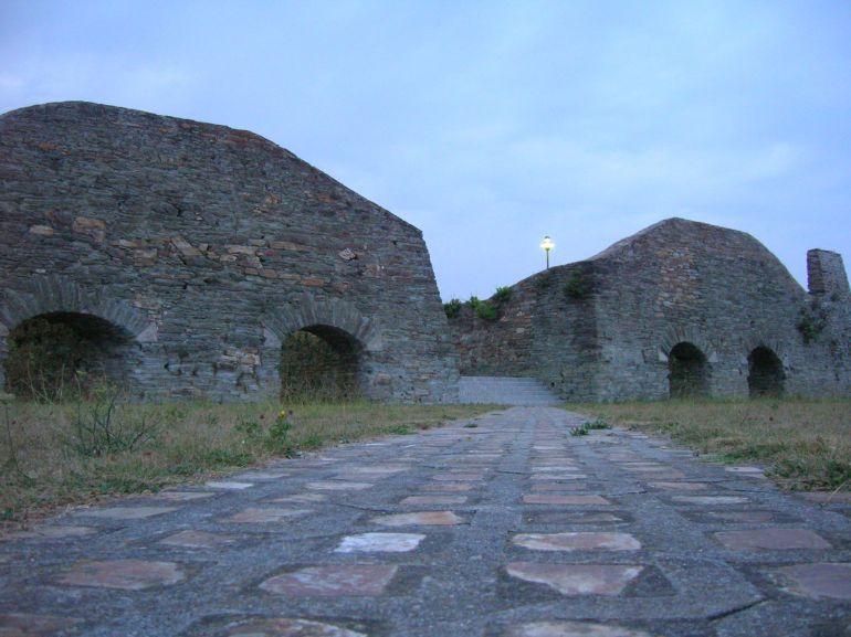 Antiguos almancenes de mineral en el cargadero de Ribadeo, punto final de la ruta en tren desde Vilaoudriz.