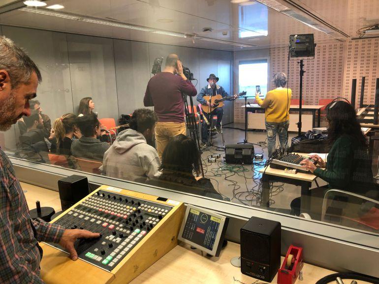 Actuación de José Briones en la Sala Polivalente de Radio Madrid durante la sección #SuenaMadrid